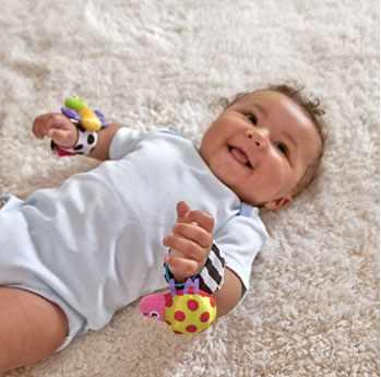 Погремушка-браслет на малыше