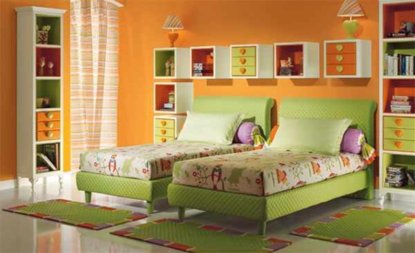 Две кровати под стенкой