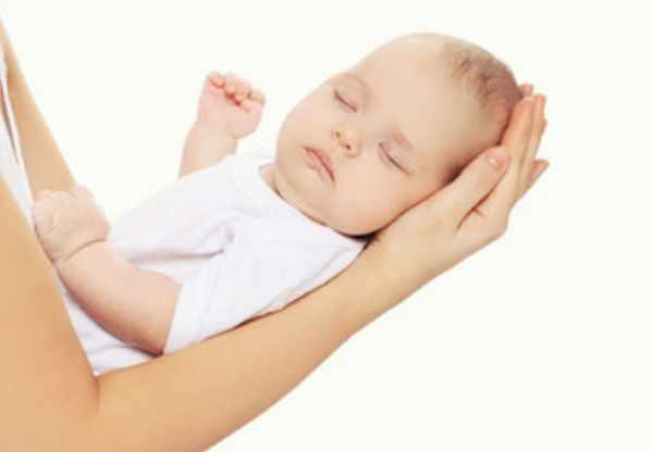 Спящий грудничок у мамы на руках
