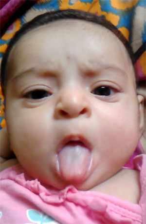 Малыш показывает язык. Фото 2