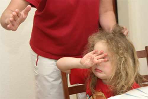 Отец хочет ударить дочку по лицу. Она прикрывается своей ручкой