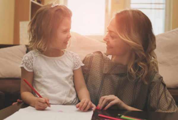 Мама разговаривает с дочкой. Девочка собирается рисовать рисунок