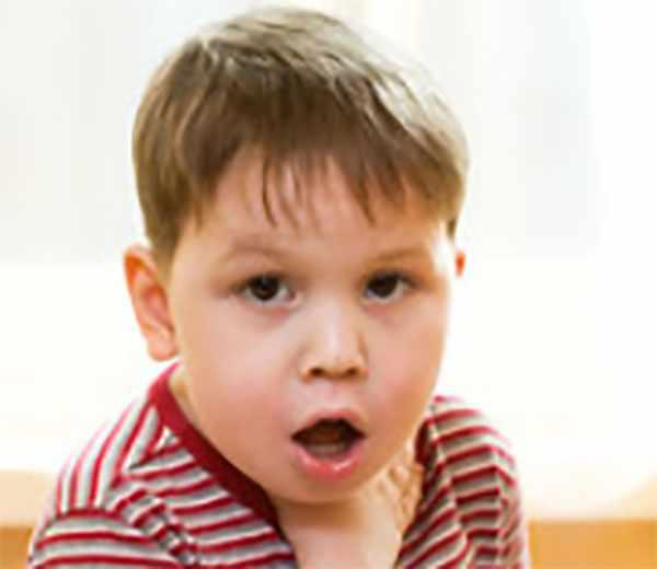 Ребенок кашляет, держится за горло