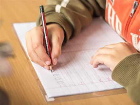 Ребенок пишет в прописях