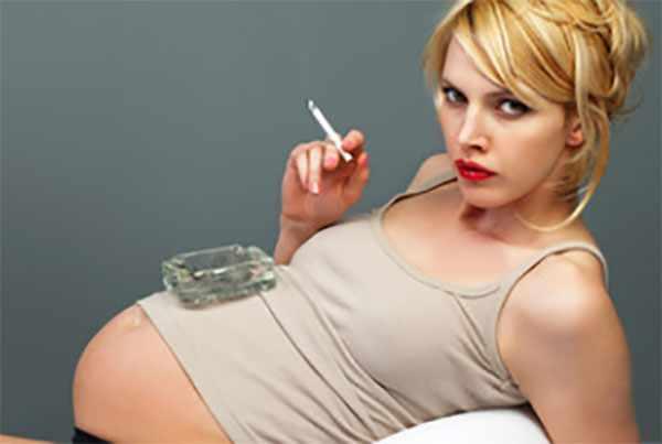 Беременная женщина с сигаретой