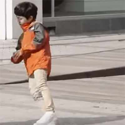 Мальчик с неровной походкой