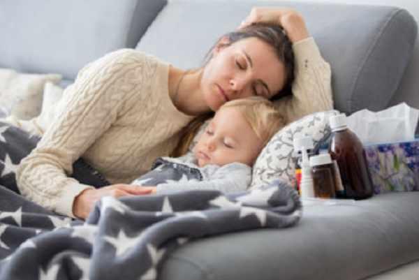 Мама спит рядом с ребенком. На тумбочке лекарства