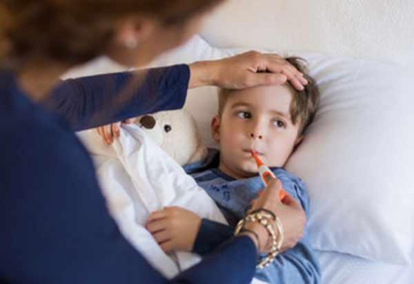 Мама поклала ребенку термометр в рот