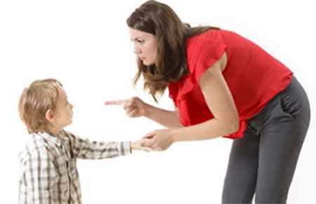 Мама словесно отчитывает ребенка