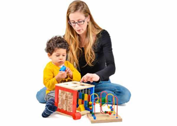 Мама занимается с ребенком, складывают в большой куб мелкие детали