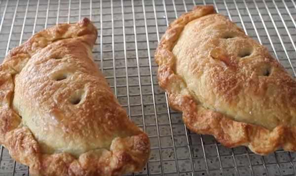 Готовые пирожки с яблоками