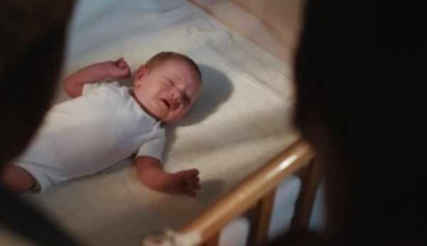 Грудной ребенок плачет в постеле