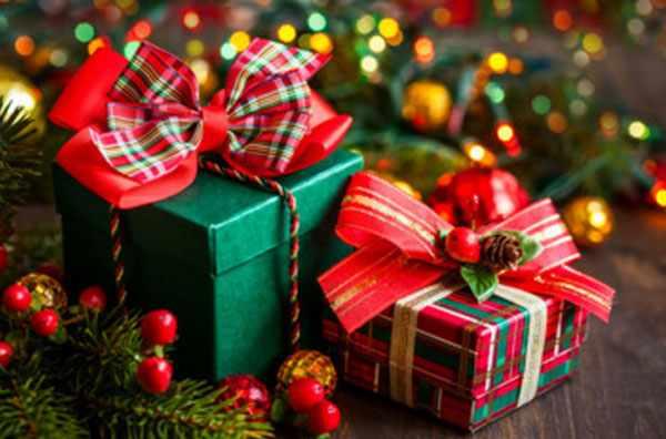 Праздничные подарки под елочкой