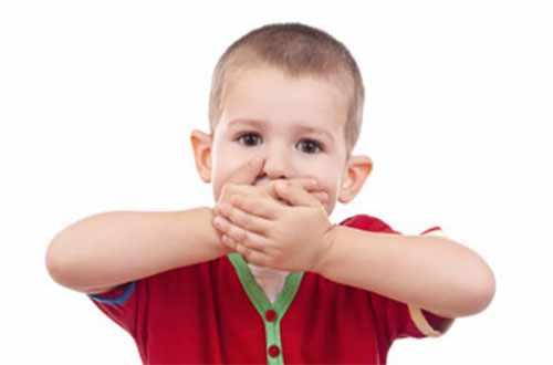 Ребенок закрывает рот двумя руками