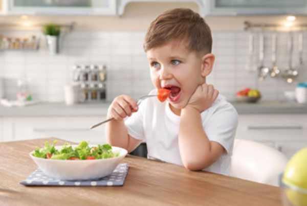 Ребенок ест отварные овощи