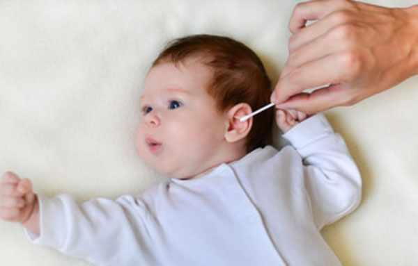 Ребенку чистят ушко