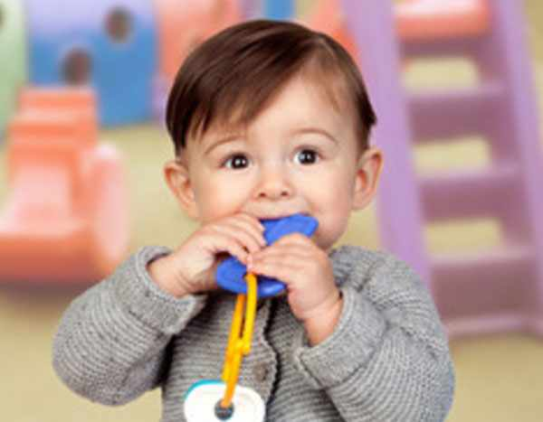 Ребенок засунул в рот игрушку