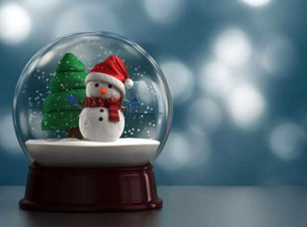 Новогодний шар с елкой, снеговиком и снегом внутри