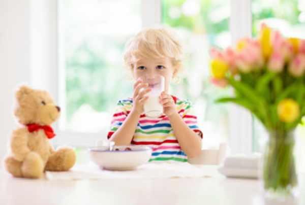 Здоровый ребенок пьет молоко
