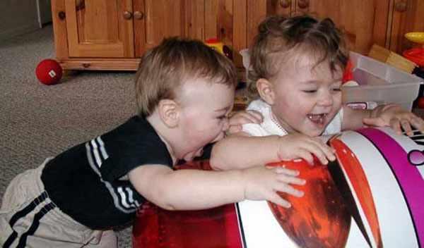 Ребенок кусается во время игры