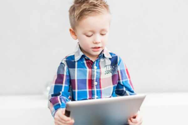 Мальчик держит в ручках планшет