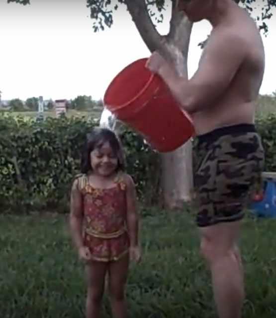 Обливание ребенка водой