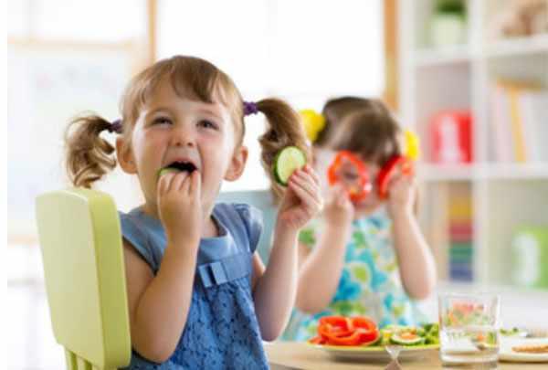Дети едят овощи