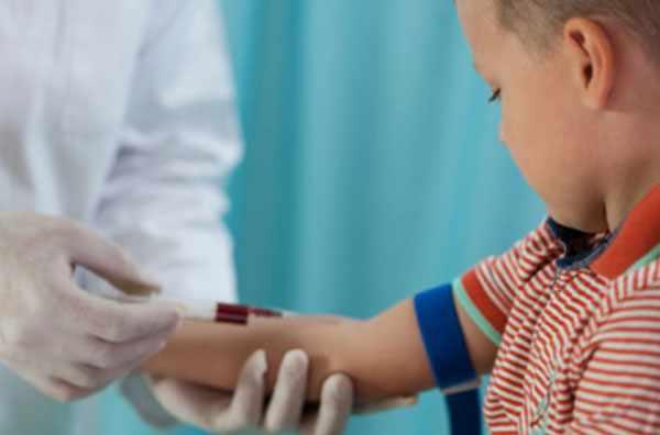 У ребенка берут кровь с вены