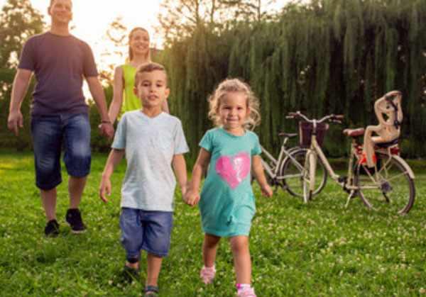 Дети на прогулке с родителями