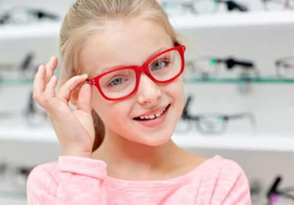 Девочка примеряет очки
