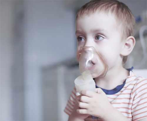 Ребенок с кислородной маской