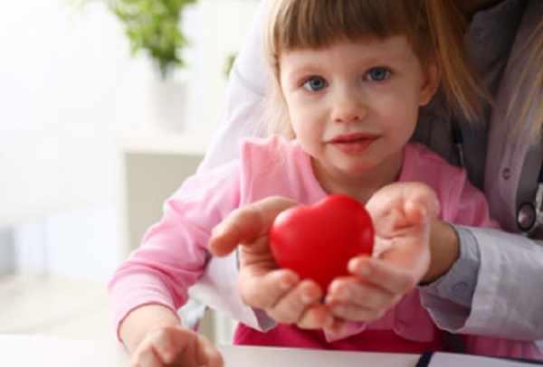 Грустная девочка. Мама держит сердце в руках