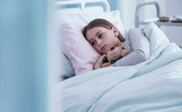 Девочке в больничной палате. Лежит в постели, обнимает плюшевого медведя