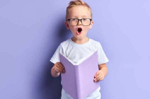 Мальчик с книгой в руках
