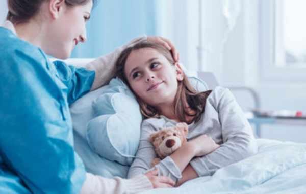 Девочка в больничной палате
