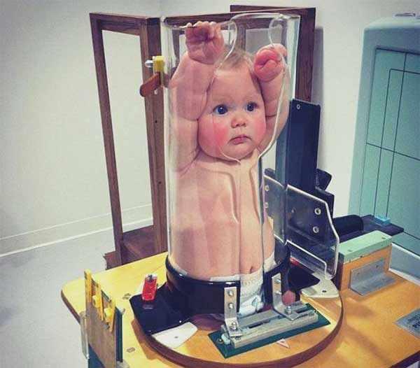 Грудной ребенок зафиксированный в пластиковой колбе