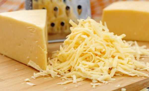 Терка, натертый сыр, брусок сыра