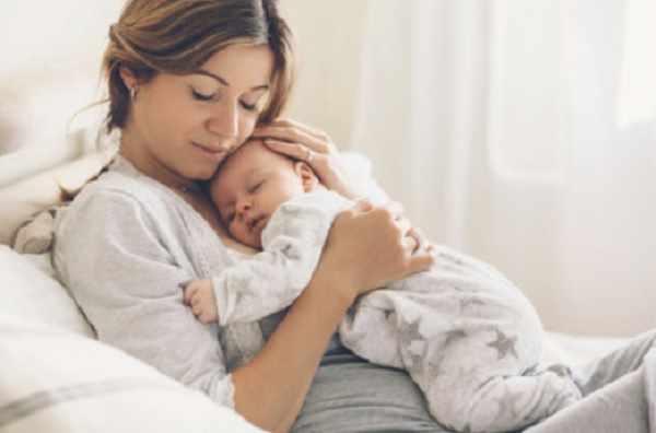 На маме лежит спящий ребенок