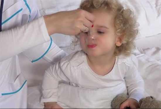 Ребенку дают сироп от температуры