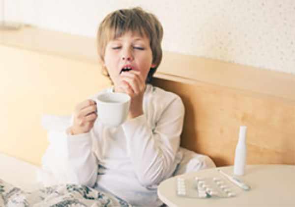 Мальчик принимает таблетку