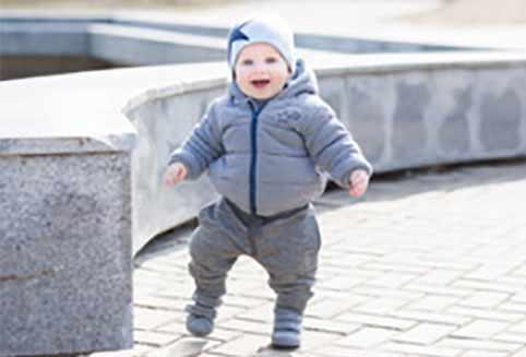 Бежит радостный годовалый малыш