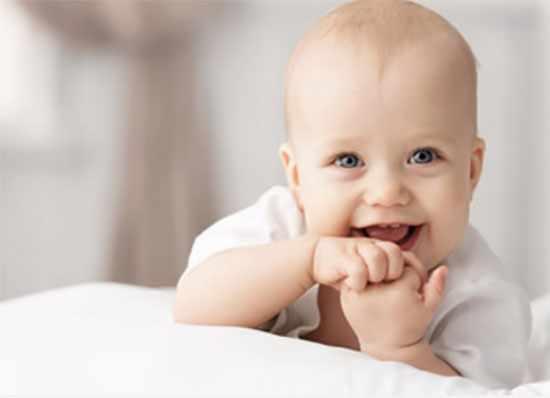 Улыбающийся ребенок грудного возраста