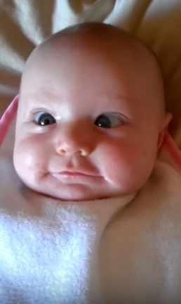 Новорожденный косит глазками