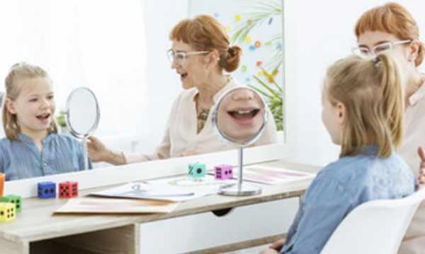 Девочка занимается перед зеркалом