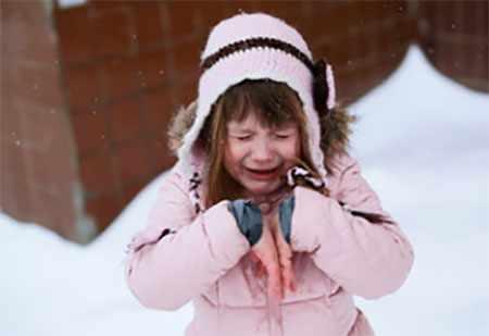 Сильно замерзшая девочка