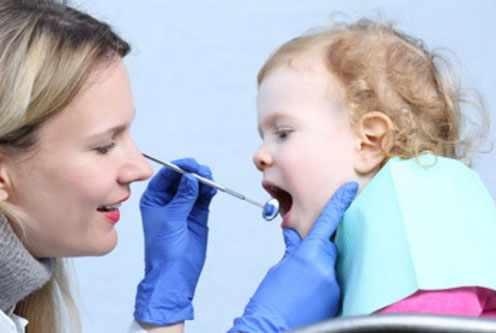Малышу осматривают зубки