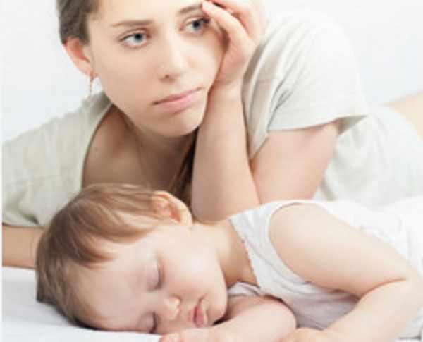 Маленький ребенок спит. Мама волнуется