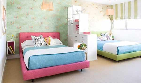 Две кровати разделены шкафчиком