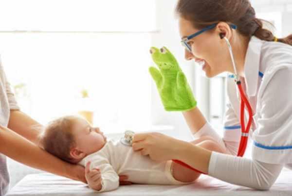 Грудной малыш на приеме у доктора
