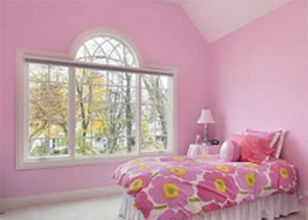 Комната девочки, выкрашенная в розовый цвет